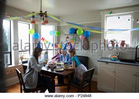 Les femmes multi-générations celebrating birthday Banque D'Images