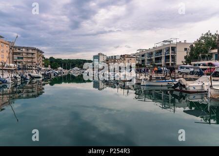 Palma de Majorque, Espagne - 20 mai 2018: Rétro droit de Porto Cristo romantique avec des bateaux à moteur en Majorque Banque D'Images