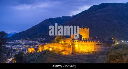 Castello di Montebello à Bellinzona la nuit, illuminé Banque D'Images