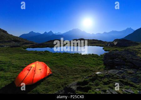 Nuit de pleine lune avec camping ont tendance sur la rive d'un petit lac. Alpe Forums, Valtournenche, Valtellina, Lombardie, Italie. Banque D'Images