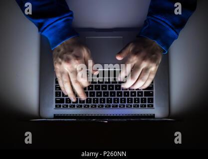 La cybercriminalité, un coffre pirate, écrit les codes pour accéder à des choses non autorisées, de manière illégale, hacker, crime, cyber Banque D'Images