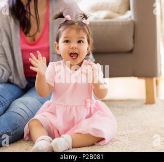Happy baby girl avec la mère à la maison Banque D'Images