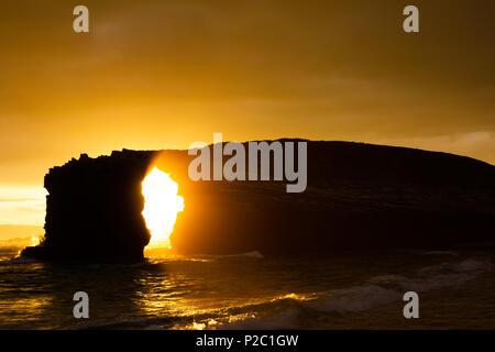 Coucher du soleil à las catedrales beach dans la mer du nord en Espagne. La silhouette d'une image d'une structure rocheuse à la plage Banque D'Images