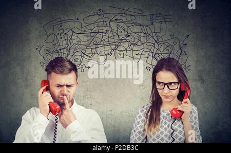 Préoccupé confondu deux homme et femme parlant au téléphone d'échanger avec de nombreuses pensées négatives Banque D'Images