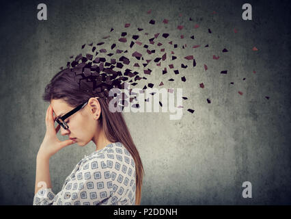 La perte de mémoire en raison de la démence ou des lésions cérébrales. Jeune femme qui a perdu des parties de tête comme symbole d'une diminution de l'esprit. Banque D'Images