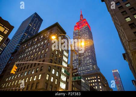 5e Avenue, 5, E 31 Street, Corner, Empire State Building, crépuscule, feu de circulation, Midtown, Manhattan, New York City, USA, Amer Banque D'Images