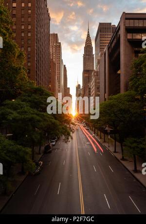 Manhattanhenge quand le soleil se couche le long de la 42e rue à NEW YORK Banque D'Images