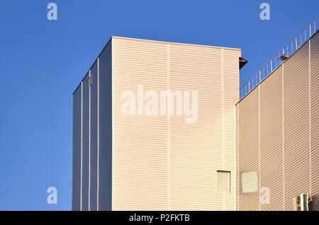 Photo du haut bâtiment industriel avec une qualité parfaite d'évitement à la lumière du soleil. L'immense bâtiment est entièrement recouverte d'un bar d'estampage métallique Banque D'Images