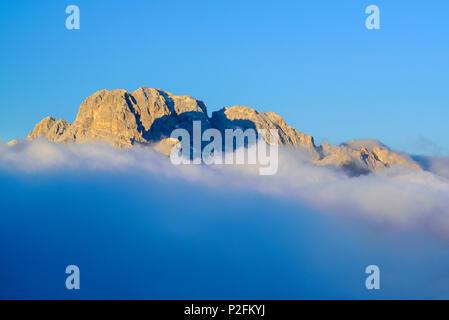 Monte Cristallo sortant de nuages, chalet de montagne, Auronzo-Huette Drei Zinnen, Tre Cime di Lavaredo, Site du patrimoine mondial de l'Unesco D Banque D'Images
