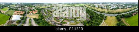 Panorama de photos aériennes d'un faubourg d'une ville industrielle avec des terrains de sport et d'une autoroute, une haute résolution Banque D'Images