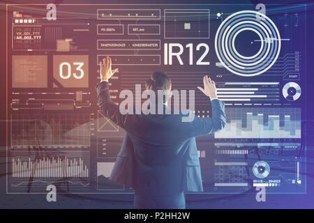 Développeur web professionnel en mettant ses mains en l'air et de toucher l'écran Banque D'Images