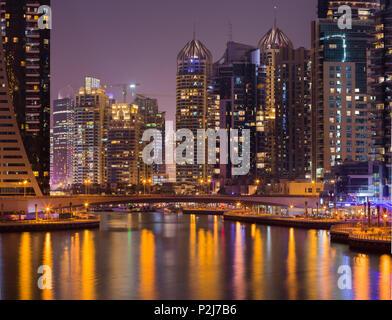 Gratte-ciel dans la nuit à la Marina de Dubai, Dubaï, Émirats arabes unis, Unit Banque D'Images