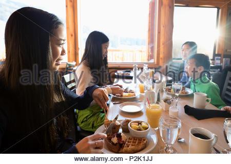Petit-déjeuner à manger familiale table cabine Banque D'Images
