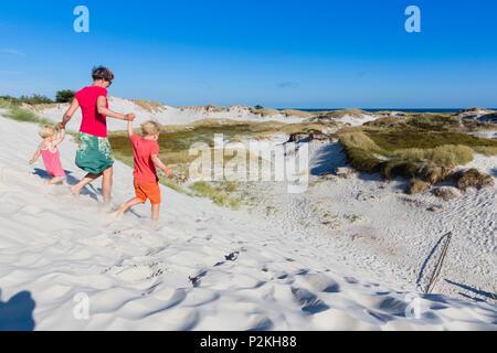 Jeune famille, randonnée pédestre à travers les dunes de Dueodde, plage de sable, l'été, la mer Baltique, Bornholm, Danemark, Europe, Dueodde, M. Banque D'Images
