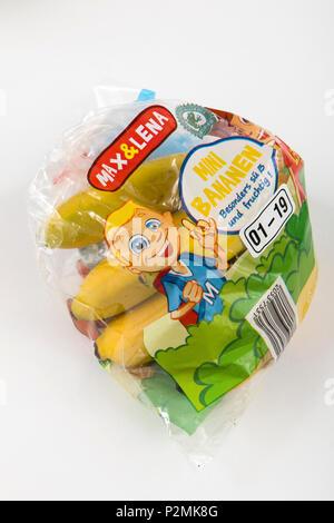 Les aliments frais, fruits, chaque emballés individuellement dans une pellicule plastique, toute la nourriture est disponible dans le même supermarché même sans emballage plastique, watermel Banque D'Images