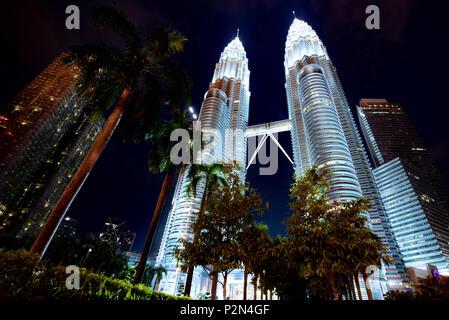 Les tours de Petronus illuminé la nuit, Kuala Lumpur, Malaisie Banque D'Images