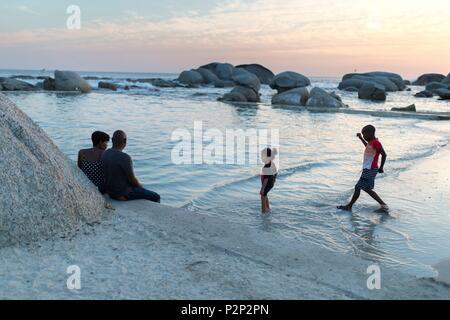 L'Afrique du Sud, Western Cape, sur le bord d'une piscine naturelle (cuvette) au coucher du soleil sur la plage de Camps Bay Banque D'Images