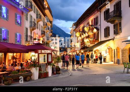 France, Haute Savoie, Chamonix, rue piétonne