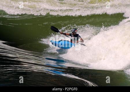 L'eau blanche tourisme kayak au bas de Victoria Falls au Zimbabwe Banque D'Images