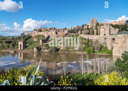 Toledo, Espagne. La vieille ville historique et le Tage depuis près de la Puente San Martin, Tolède, Castille la Manche, Espagne Banque D'Images
