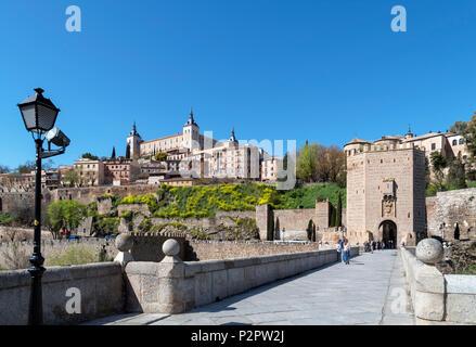 Toledo, Espagne. La vieille ville historique et de l'Alcazar le Puente de Alcantara, Tolède, Castille la Manche, Espagne Banque D'Images