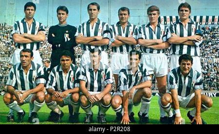 """. Italiano: Una formazione della Juventus nella stagione 1967-68, en posa all'interno dello Stadio Comunale di Torino. Da sinistra, en moto: S. Salvadore, R. Anzolin, Silvino Bercellino (I) G., C. De Paoli, B. Sarti, G. Leoncini (capitano); accosciati: L. del Sol, Sidney Köln Cunha 'Chinesinho"""", R. Gori, L. Simoni, G. Menichelli. Entre 1967 et 1968. Inconnu 45 Juventus Football Club 1967-1968 Banque D'Images"""