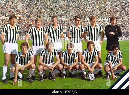 . Italiano: Una formazione della Juventus nella stagione 1971-72, en posa all'interno dello Stadio Comunale di Torino. Da sinistra, en moto: S. Salvadore (capitano), H. Haller, L. Spinosi, R. Bettega, F. Morini, P. Carmignani, accosciati: F. Capello, G. Marchetti, P. Anastasi, F., G. Furino Causio. Entre 1971 et 1972. Inconnu 44 Juventus 1971-1972 Banque D'Images