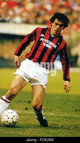. Italiano: Il calciatore italiano Roberto Donadoni dans azione al Milan nella stagione 1986-1987. Entre 1986 et 1987. Roberto Donadoni inconnu 76, Milan 1986-1987 Banque D'Images