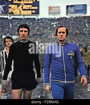 . Italiano: Da sinistra: i due portieri della Juventus per la saison 1974-1975, il titolare Dino Zoff e la riserva Massimo Piloni, allo Stadio Comunale di Torino; sullo sfondo, il compagno di squadra Fabio Capello. circa 1975. Inconnu 44 - Juventus FC 1975 - Dino Zoff &AMP; Massimo Piloni Banque D'Images