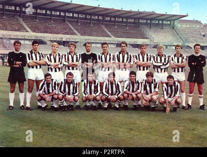 . Italiano: La rosa della Juventus all'inizio della stagione 1968-69, en posa all'interno dello Stadio Comunale di Torino. Da sinistra, en moto: R. Anzolin, S. Salvadore, R. Benetti, G. Leoncini, G. Sarti, E. Castano (capitano), Silvino Bercellino (I) G. G., Roveta, H. Haller, G. Zigoni, R. Tancredi, accosciati: L. Pasetti, G. Colausig, L. del Sol, P. Anastasi, E., G. Favalli Sacco, G. Menichelli. vers 1968. Inconnu 45 Juventus Football Club 1968-1969 Banque D'Images