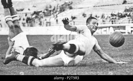 . Italiano: Il calciatore italiano Silvio Piola dans azione alla Lazio nel 1937. vers 1937. Inconnu 83 Silvio Piola - 1937 - SS Lazio Banque D'Images