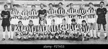 . Italiano: La rosa della Juventus all'inizio della stagione 1968-69, en posa all'interno dello Stadio Comunale di Torino. Da sinistra, en moto: R. Anzolin, S. Salvadore, R. Benetti, G. Leoncini, G. Sarti, E. Castano (capitano), Silvino Bercellino (I) G. G., Roveta, H. Haller, G. Zigoni, R. Tancredi, accosciati: L. Pasetti, G. Colausig, L. del Sol, P. Anastasi, E., G. Favalli Sacco, G. Menichelli. vers 1968. Inconnu 45 la Juventus FC 1968-1969 Banque D'Images