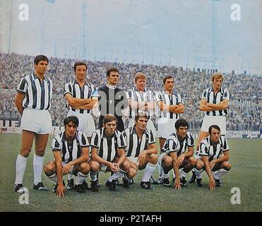 . Italiano: Una formazione della Juventus nella stagione 1969-70, en posa all'interno dello Stadio Comunale di Torino. Da sinistra, en moto: S Salvadore, E. Castano (capitano), R. Tancredi, H. Haller, L. Leonardi, F. Morini; accosciati: P. Anastasi, R. Vieri, G. Leoncini, S. Jacolino, G. Furino. vers 1969. Inconnu 45 la Juventus FC 1969-1970 Banque D'Images