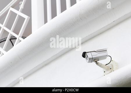 La caméra de sécurité CCTV opérant dans l'arrière-plan blanc exposée, une caméra spéciale deux objectif.