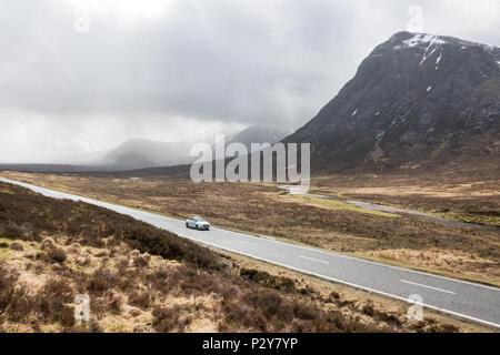Conduite de voiture sur l'A82 route à travers Glencoe Glen Coe, Ecosse, Royaume-Uni Banque D'Images