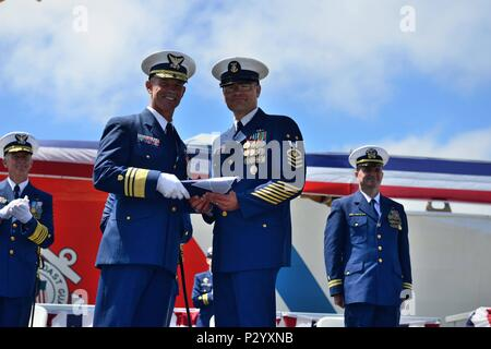 Région du Pacifique maître commande Premier maître de Mark Pearson présente Vice Adm. Charles W. Ray un drapeau qui a été abaissée de les garde-côte Waesche pendant la garde côtière du Pacifique cérémonie de passation de commandement, le lundi, 15 août 2016 à la base de la Garde côtière de Alameda en Californie. Région du Pacifique de la Garde côtière canadienne est l'élément de commandement de la force régionale et fournisseur pour la sécurité maritime, la sécurité et l'intendance dans le Pacifique. U.S. Coast Guard photo de Maître de 3e classe Loumania Stewart