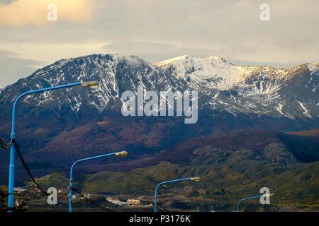 Réverbères bleus sont debout au-dessus des rues d'Ushuaia. Dans l'arrière-plan, la montagne de Martial a reçu un peu de neige. Banque D'Images