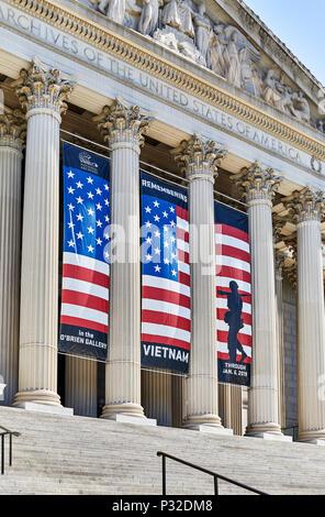 Washington DC, USA - 5 juin 2018: les piliers et la pièce signe sur l'Archive nationale, faisant face à la Constitution Avenue