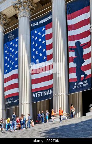 Washington DC, USA - 5 juin 2018: les enfants de l'école attendant sur les marches de l'édifice des Archives nationales face à la Constitution Avenue