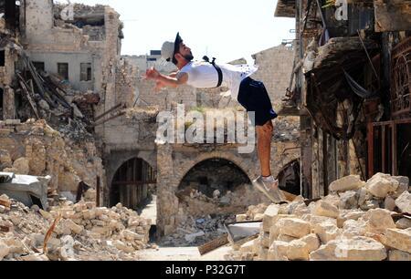 Alep, Syrie. 8 juin, 2018. Un jeune Syrien parkour player exécute un backflip élevé dans la partie endommagée de-en grande partie la ville d'Alep, Syrie du nord, le 8 juin 2018. Avec leur vue imprenable flips et cascades de saut, un groupe de jeunes Syriens sont donnant vie à la détruit certaines parties de la ville d'Alep avec leur performance électrisante Parkour. Pour aller avec: Les jeunes Syriens raviver la vie dans les ruines du vieux Alep avec l'électrification de Parkour performance. Credit: Ammar Safarjalani/Xinhua/Alamy Live News Banque D'Images