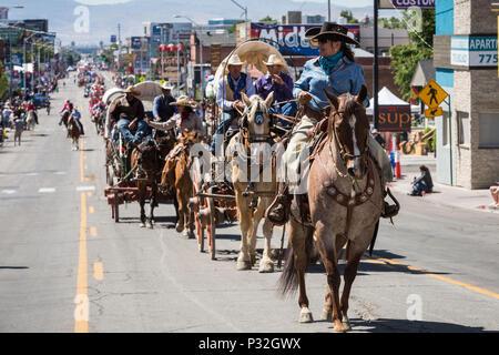 Reno, Nevada, USA. 16 Juin, 2018. Samedi, 16 juin, 2018.Les membres de la Reno Rodeo de bétail chariots et déplacer le long de la Commission parcours sur South Virginia Street à Reno, Nevada. Le Reno Rodeo de bétail célèbre le riche héritage de la 'Wild Wild West.'' pour les cinq jours précédant le Reno Rodeo.jusqu'à 60 personnes, inscrivez-vous une équipe de cow-boys de Rodéo Drive 300 têtes de boeufs de Doyle, en Californie, à Reno.Le Reno Rodeo est un professionnel Rodeo Cowboys Association (PRCA) événement sportif sanctionné, et l'un des cinq meilleurs rodéos en Amérique du Nord. Reno Rodeo est un non-prof
