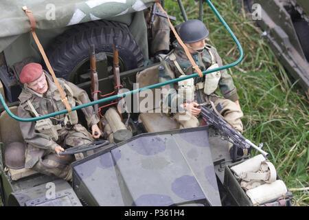 L'intervention américaine a commandé à distance les hommes dans une Jeep Willys Banque D'Images