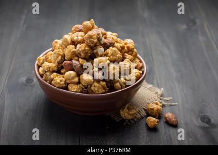 Maïs soufflé au caramel Bol en céramique Banque D'Images