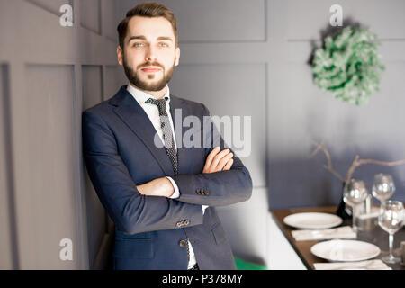 Handsome businessman délibérée en fonction de