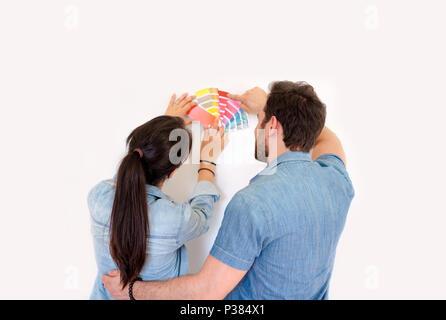 Couple heureux choix des couleurs pour la décoration Peinture maison neuve Banque D'Images