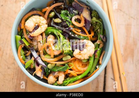 Faire revenir avec les carottes, chou rouge, brocoli, chou frisé, edamame, oignons de printemps, de semences et de langoustines Banque D'Images