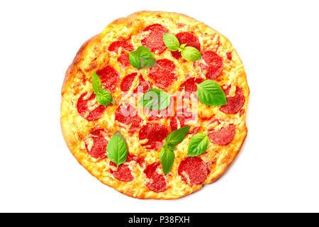 Pizza au pepperoni, avec des feuilles de basilic sur blanc Banque D'Images