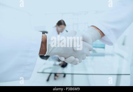 Les médecins en sarrau chaque message d'autres avec handshake
