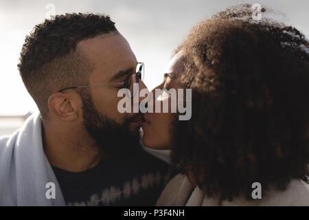 Romantic couple kissing Banque D'Images