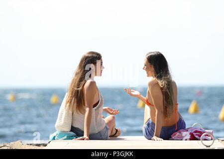 Deux touristes sur vacartions parler d'été près de la mer sur la plage Banque D'Images